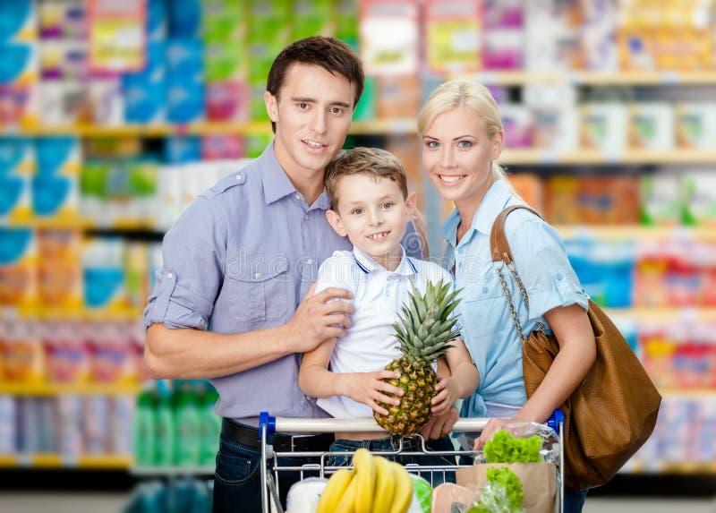 Helft-lengte portret van familie in de markt stock afbeeldingen