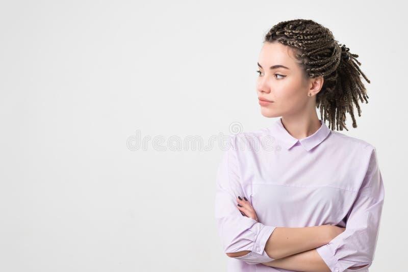 Helft-lengte portret van mooie vrouw die witte blouse dragen die opzij eruit zien stock afbeeldingen