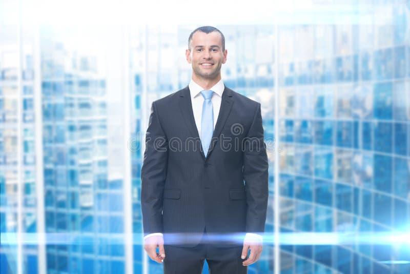 Helft-lengte portret van smiley de bedrijfsmens stock afbeeldingen