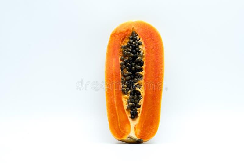 Helft van rijp die papajafruit met zaden op witte backgroun wordt de geïsoleerd stock foto