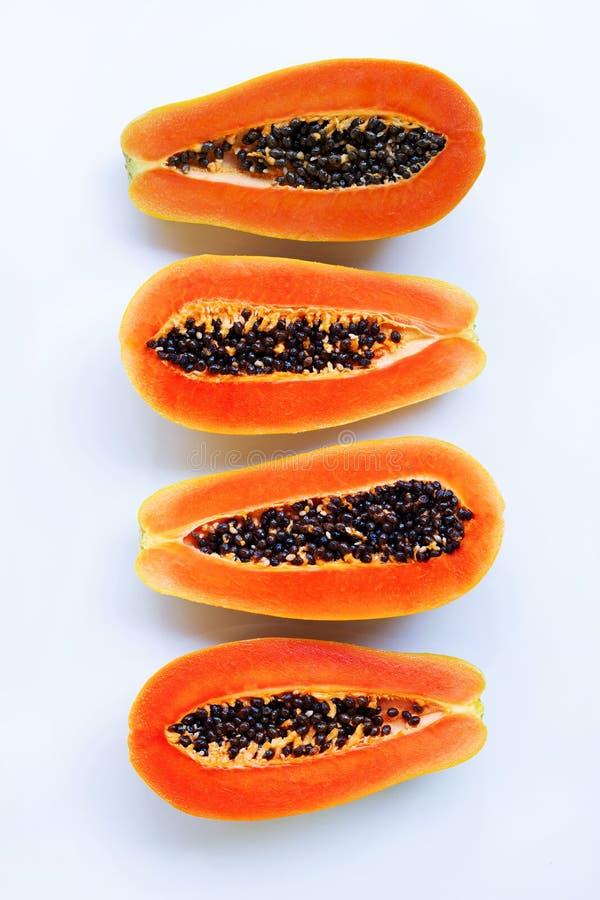 Helft van rijp die papajafruit met zaden op witte backgroun wordt de geïsoleerd stock afbeeldingen
