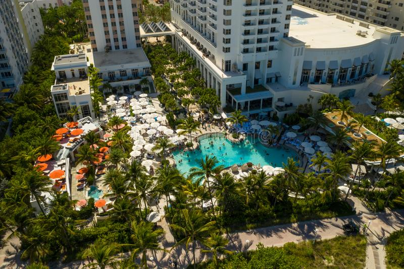 Helg för simbassäng för flygbildLoews Miami Beach hotell fullsatt royaltyfria bilder