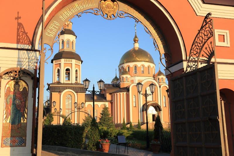 Helgedom-Alikseevskynunnekloster i staden av Saratov royaltyfria bilder
