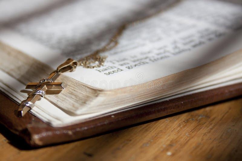 helgedom för bibelkorsguld arkivbild