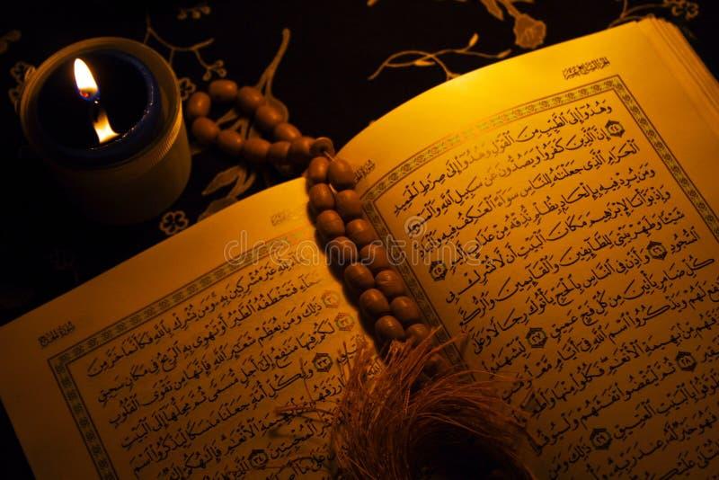 Helgedomen bokar av Koranen arkivbild