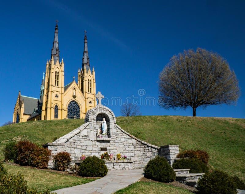 Helgon Andrew Catholic Church, oskuld Mary Memorial och träd royaltyfri foto