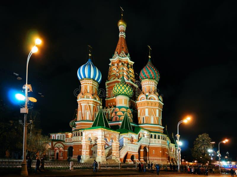 Helgon Basil Cathedral i Moskvanatt royaltyfria foton