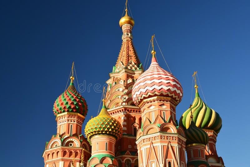 Helgon Basil Cathedral och Vasilevsky nedstigning av den röda fyrkanten i Moskva, Ryssland arkivbild