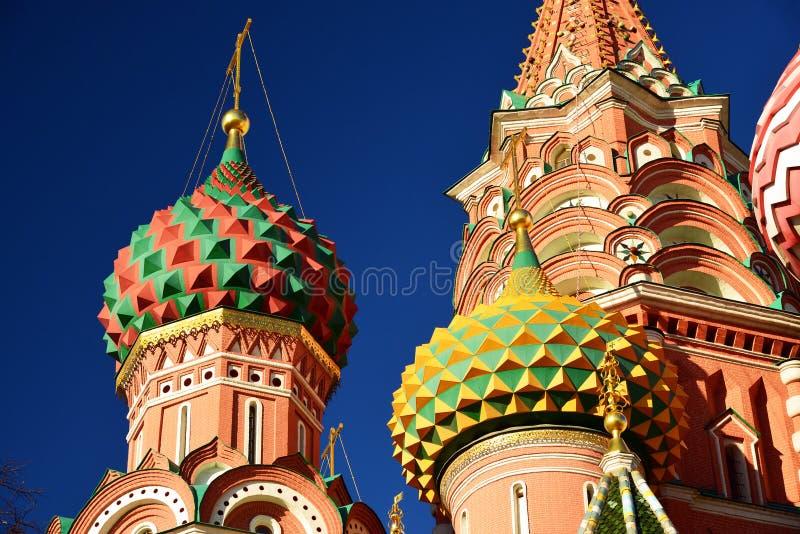 Helgon Basil Cathedral och Vasilevsky nedstigning av den röda fyrkanten i Moskva, Ryssland arkivfoto