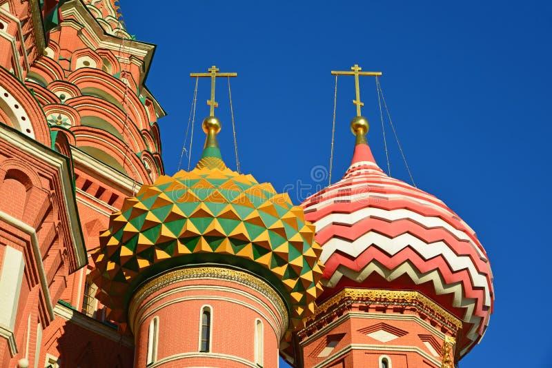 Helgon Basil Cathedral och Vasilevsky nedstigning av den röda fyrkanten i Moskva, Ryssland arkivbilder