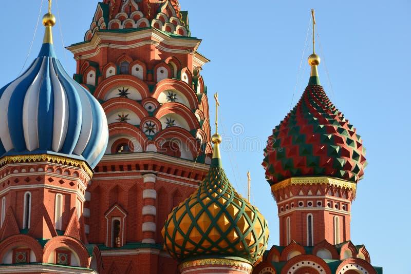 Helgon Basil Cathedral och Vasilevsky nedstigning av den röda fyrkanten i Moskva, Ryssland royaltyfria bilder