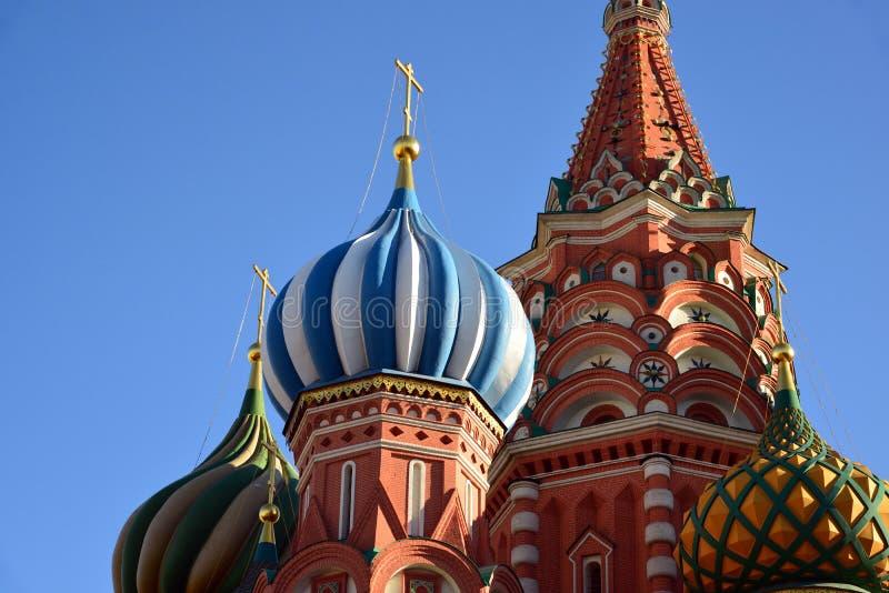 Helgon Basil Cathedral och Vasilevsky nedstigning av den röda fyrkanten i Moskva, Ryssland arkivfoton