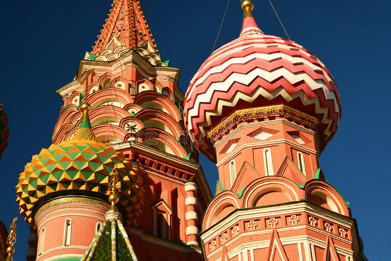 Helgon Basil Cathedral och Vasilevsky nedstigning av den röda fyrkanten i Moskva, Ryssland royaltyfri fotografi