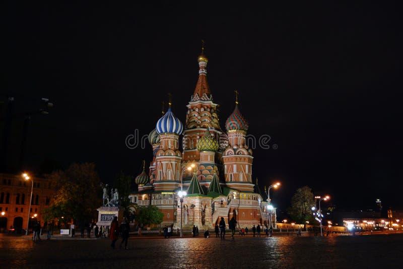 Helgon Basil Cathedral på natten i Moskva arkivbilder