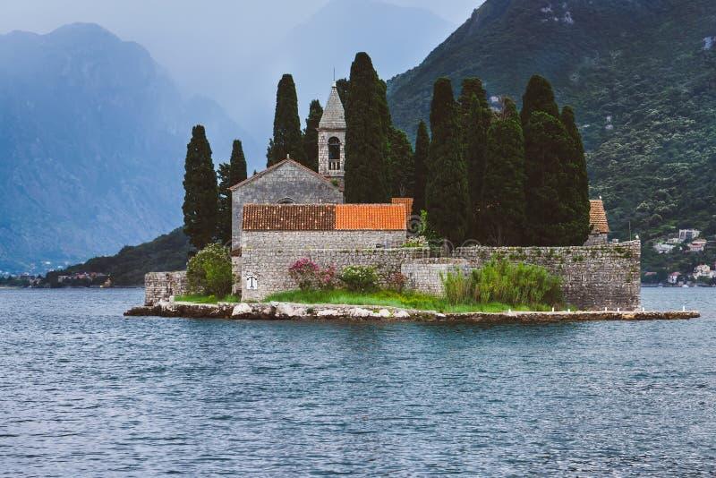 Helgon George Monastery på den Kotor fjärden royaltyfri bild