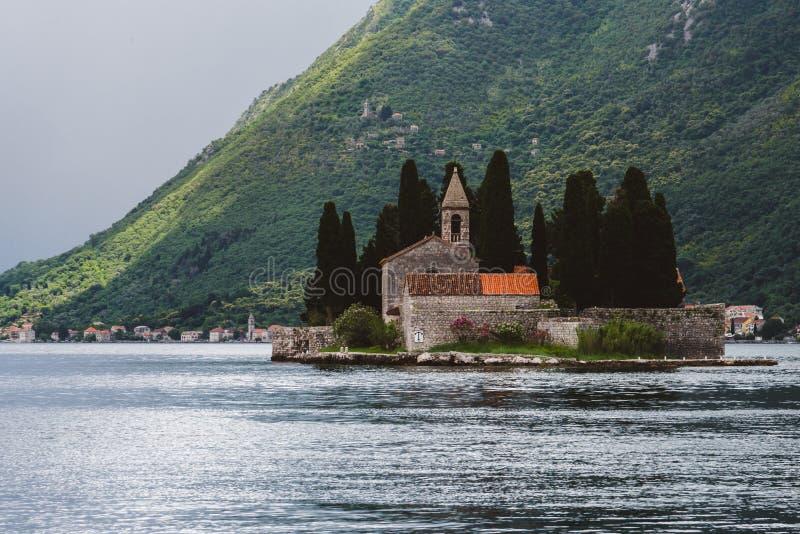 Helgon George Monastery på den Kotor fjärden royaltyfri foto