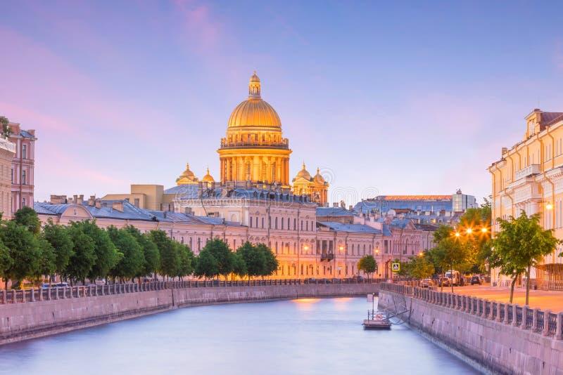 Helgon Isaac Cathedral över den Moyka floden i St Petersburg arkivfoto