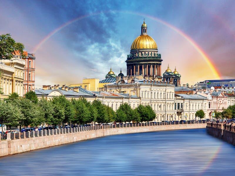 Helgon Isaac Cathedral över den Moyka floden, St Petersburg, Ryssland arkivfoton