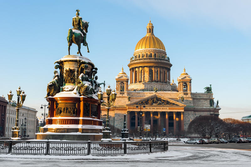 Helgon Isaac Cathedral och monumentet till kejsaren Nicholas I royaltyfri foto