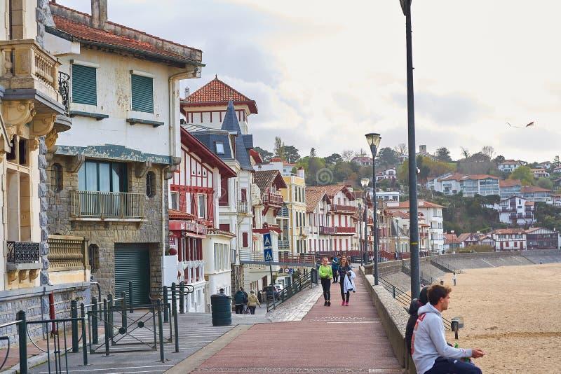 Helgon Jean de Luz, Frankrike; 18-18-2019 strand av den härliga baskiska staden - som är fransk, med dess typiska färgrika arkite royaltyfri foto