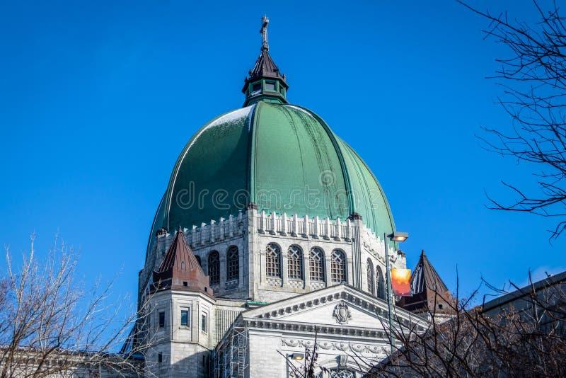 Helgon Joseph Oratory Dome med snö - Montreal, Quebec, Kanada fotografering för bildbyråer