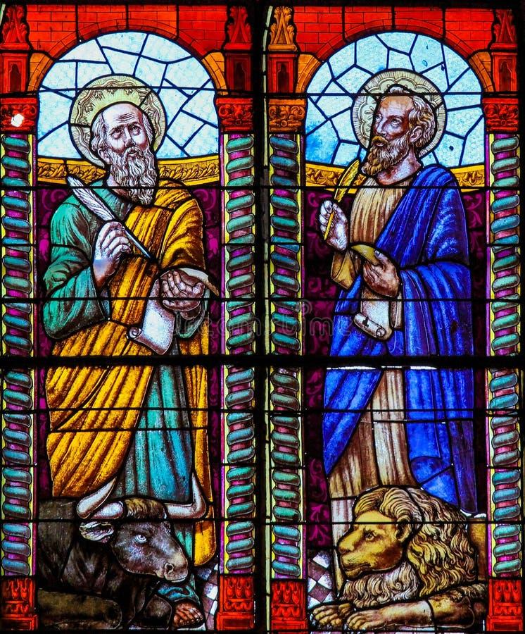 Helgon Luke och att markera evangelisterna - målat glass royaltyfri fotografi