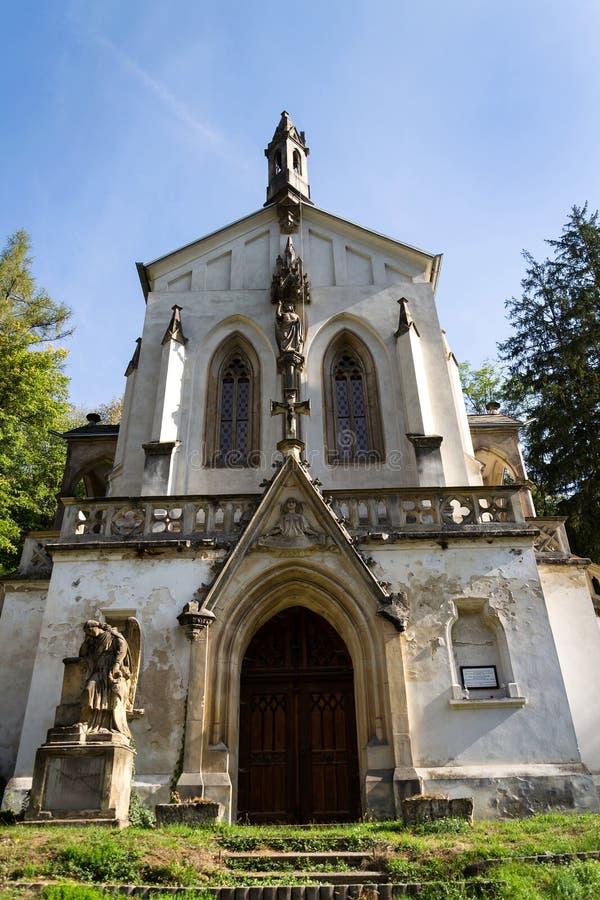 Helgon Maximilian Chapel på kyrkogård i St John under klippan, Svaty Januari fröskida Skalou, Tjeckien royaltyfria bilder