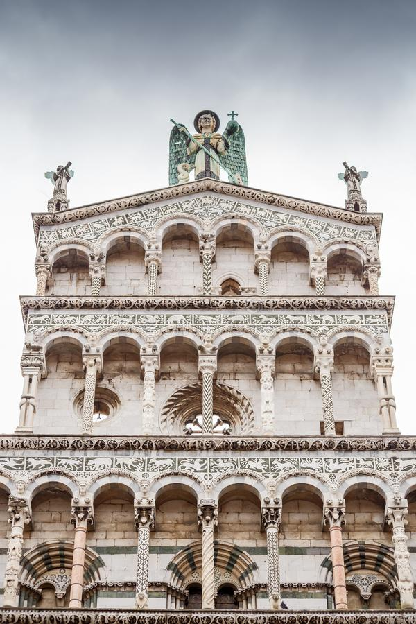 Helgon Michael Church italy lucca arkivfoton