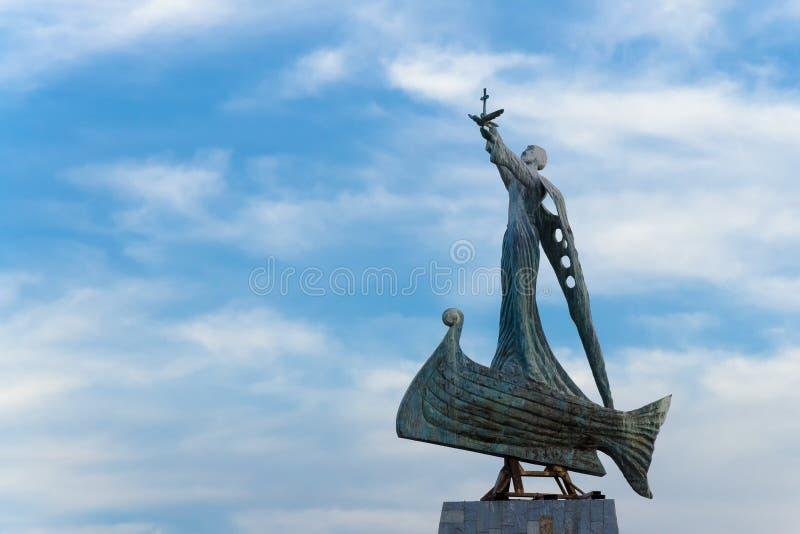 Helgon Nicholas Monument - beskyddare av navigatörer, Nessebar, Bulgarien arkivfoton