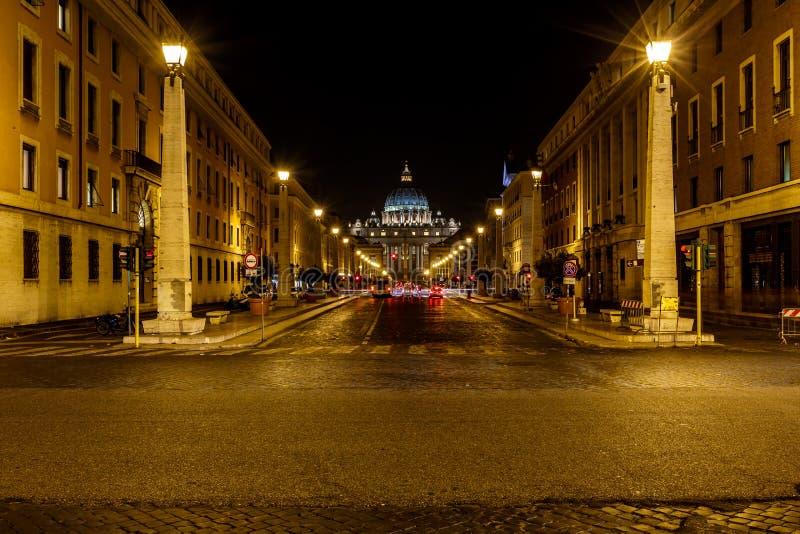 Helgon Peter Basilica och Vatican City i natten, Rome arkivfoto