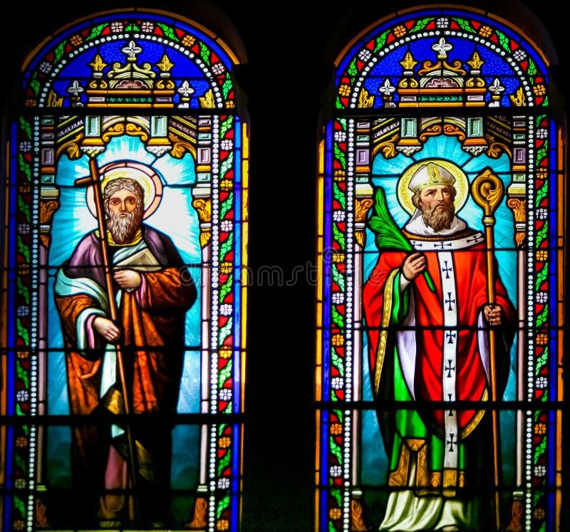 Helgon Philip och Valerius - målat glass i den Antibes kyrkan arkivfoton