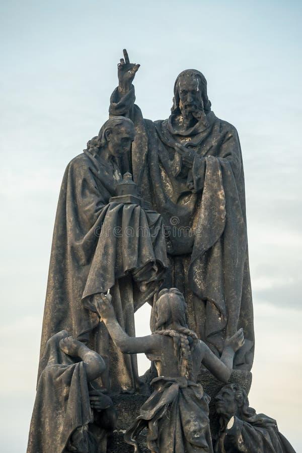 HelgonCyril staty på Charles Bridge i Prague, Tjeckien Den medeltida gotiska bron, avslutade sig i det 15th århundradet, korsning arkivfoton
