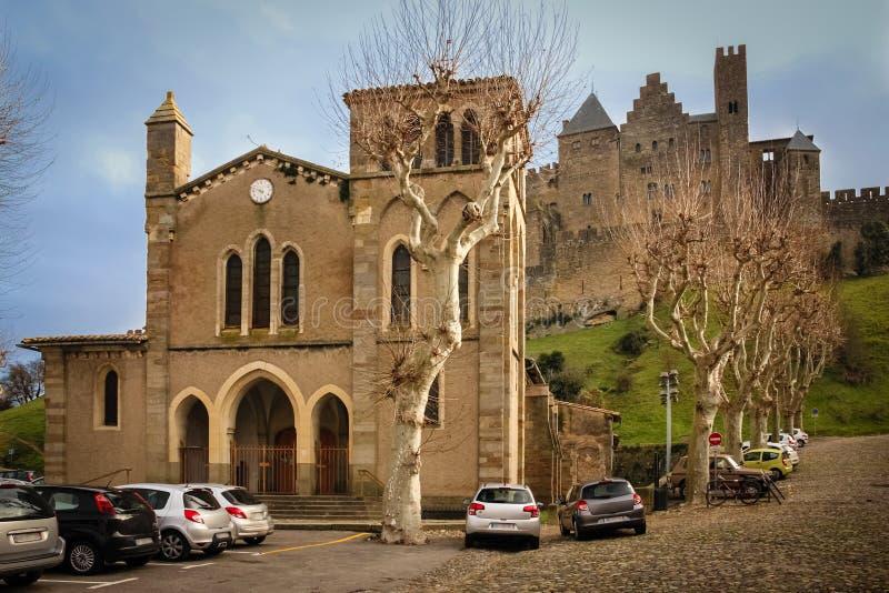 HelgonGimer kyrka och slott av räkningarna Carcassonne france royaltyfria bilder