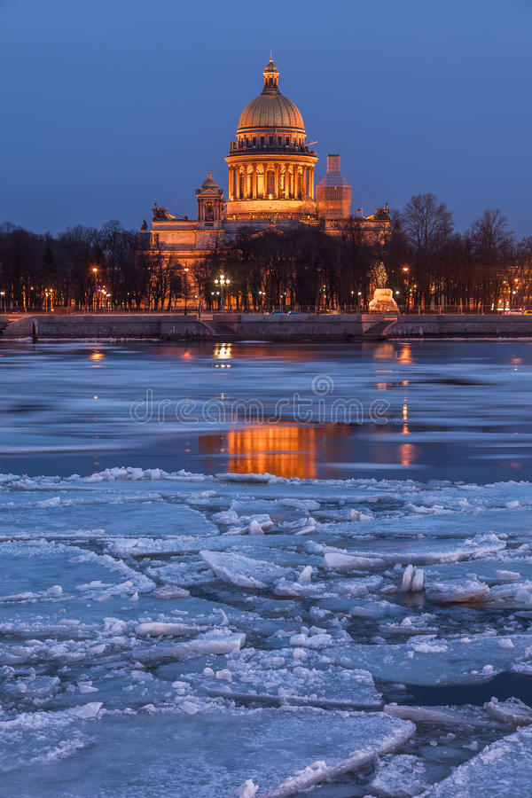 HelgonIsaacs domkyrka på solnedgången, St Petersburg arkivbild