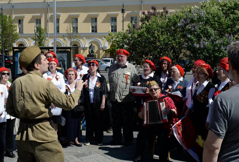 Helhet av den främre `en för sång`-sökande i fyrkanten på den Bolshoi teatern på Victory Day royaltyfria foton
