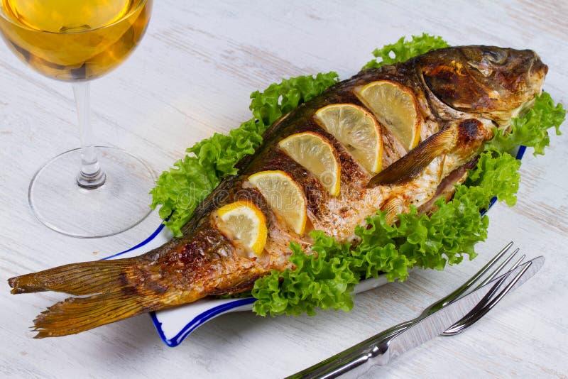 Helhet grillad fiskkarp royaltyfria bilder