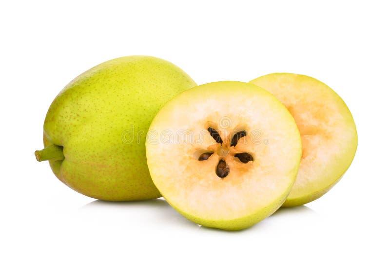 Helhet och halvt doftande grönt päron som isoleras på vit arkivfoton