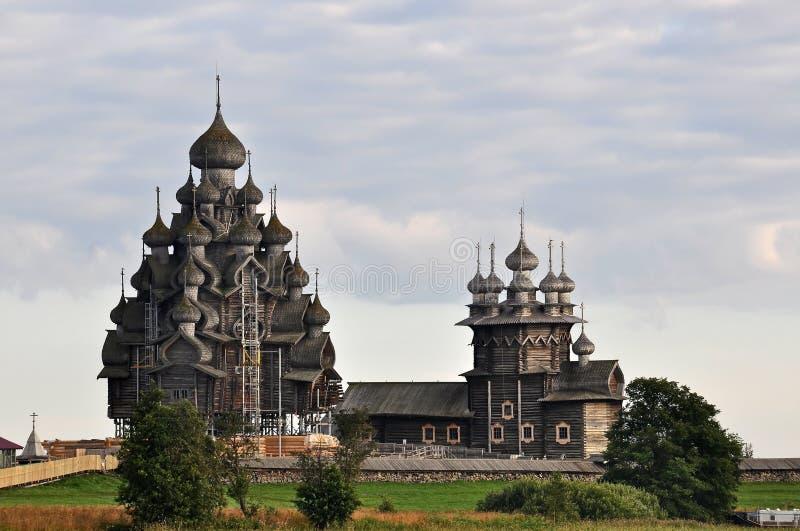 Helheten av träarkitektur i den Kizhi ön Kyrkaomgestaltning och interventionen av oskulden royaltyfri bild