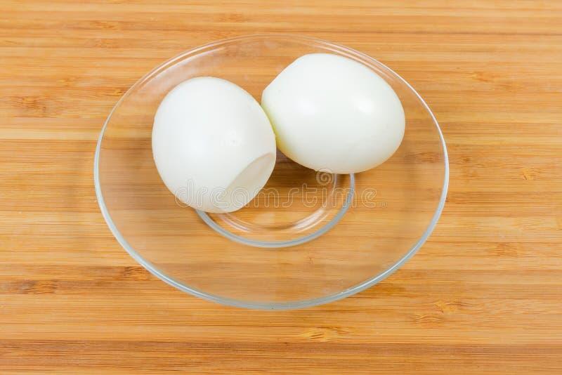 Helheten kokade fega ägg som skalades från äggskal på exponeringsglastefatet arkivfoto