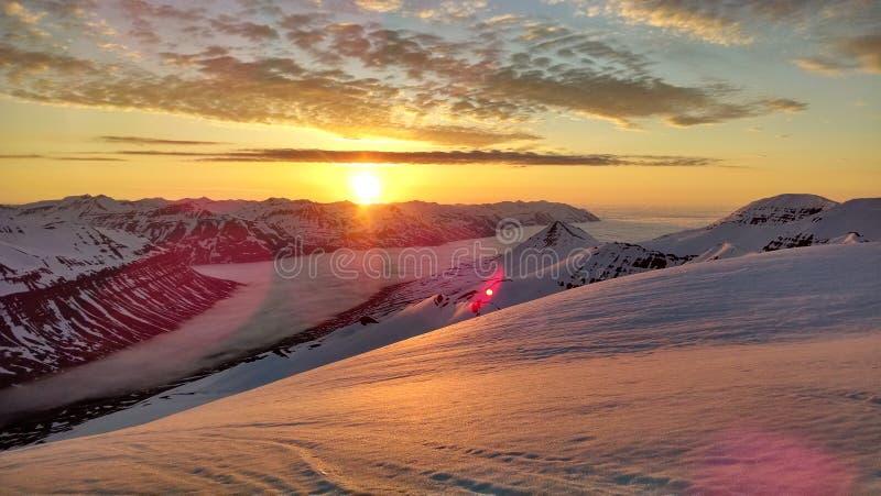 Heli-corsa con gli sci alla mezzanotte sulla penisola di Troll in Islanda fotografia stock