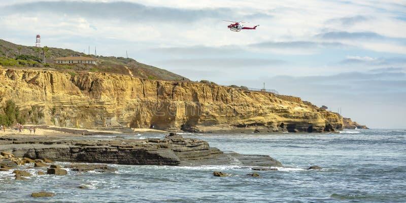 Helicóptero acima do penhasco e oceano em La Jolla CA fotos de stock royalty free