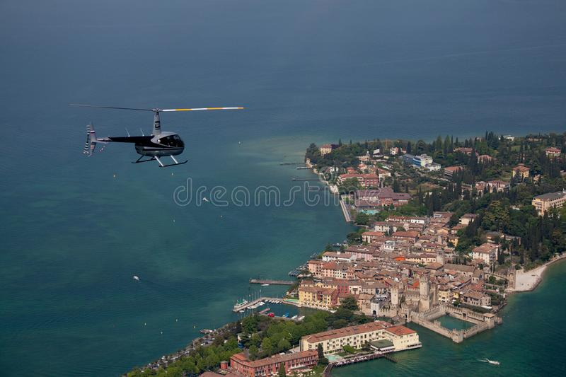 Helicóptero azul sobre uma ilha italiana pequena no mar Mediterrâneo imagens de stock royalty free