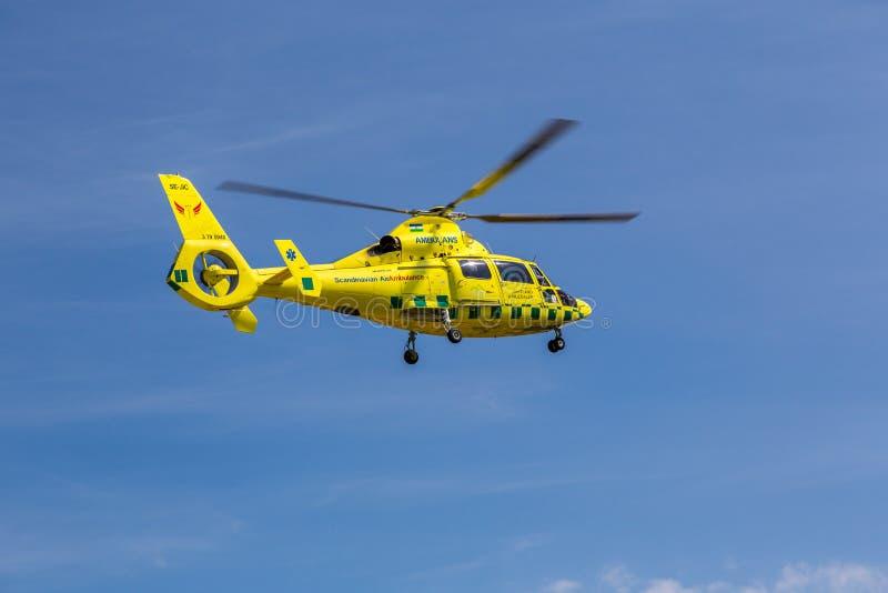 Helicóptero da ambulância no meio do ar imagem de stock
