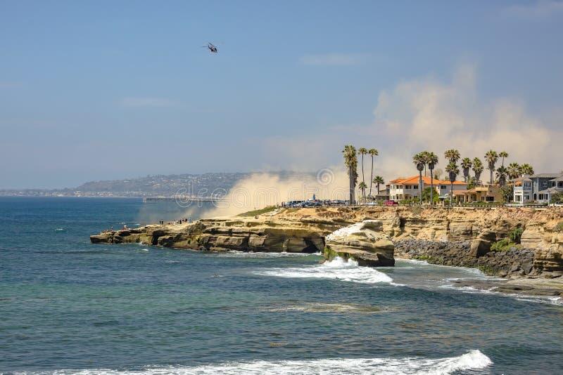 Helicóptero da guarda costeira dos E.U. em voo, ponto Loma California fotos de stock royalty free