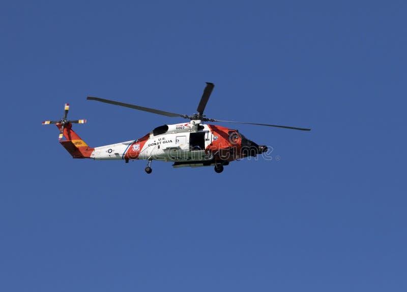 Helicóptero da guarda costeira sob um céu azul ensolarado fotos de stock royalty free