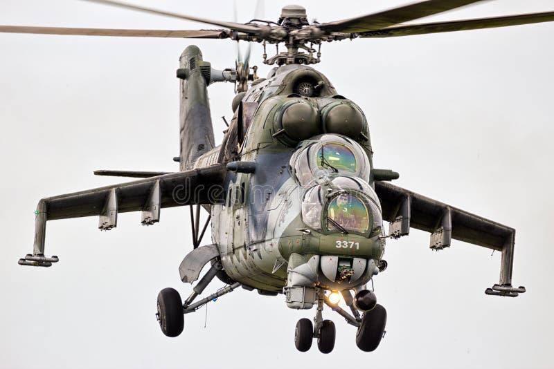 Helicóptero de ataque Mi-24 militar traseiro imagens de stock royalty free
