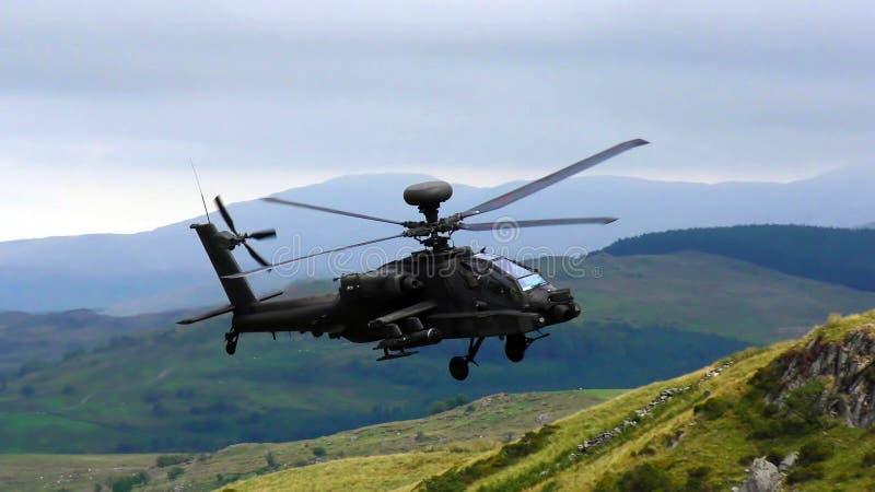 Helicóptero de ataque militar de Boeing AH-64 Apache em voo imagem de stock