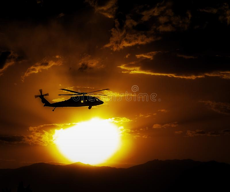 Helicóptero de Blackhawk - Afeganistão - por do sol intenso fotos de stock royalty free