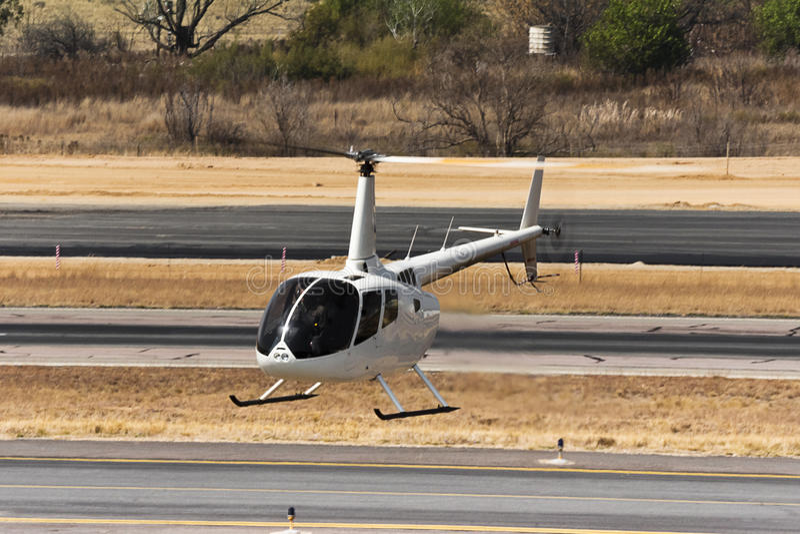 Helicóptero de cernido de Robinson R66 imagenes de archivo