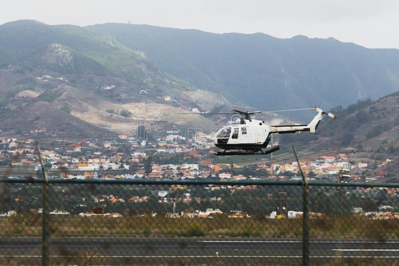 helicóptero de la aviación de la policía sobre la pista de aterrizaje imagen de archivo libre de regalías